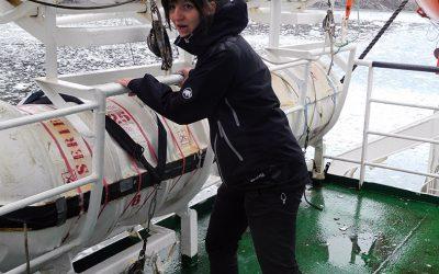 Verzweifelte Passagierin testet Rettungsequipment