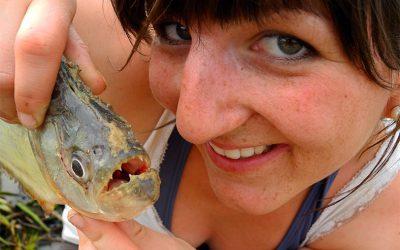 Doris mit ihrem Fang: Ein Piranha