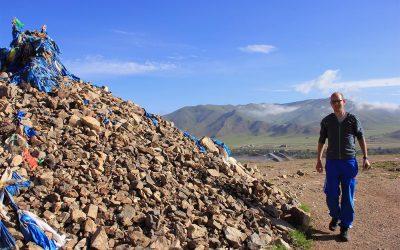 Michu bei einem mongolischen Ritual, welches Autounfälle vermeiden soll