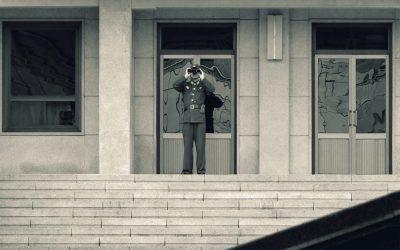 Ein nordkoreanischer Soldat beobachtet was im Süden passiert