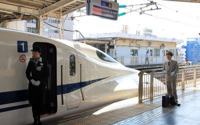 Shinkansen mit Crew in Osaka